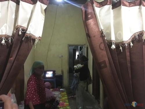 Suasana mengharukan menyelimuti rumah duka di Turen setelah,Juari, korban pengeroyokan, tewas mengenaskan. (Foto : Ashaq Lupito / MalangTIMES)