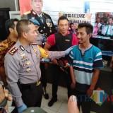 Kapolres Tulungagung, AKBP Tofik Sukendar saat bertanya pada pemilik akun Puji Ati tentang motifnya sebarkan ujaran kebencian (foto:  joko pramono/ JatimTIMES)