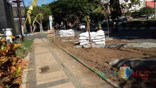 Kawasan pedestrian Jalan Veteran yang saat ini ditanami tanaman hias perdu. (Anggara Sudiongko/MalangTIMES)