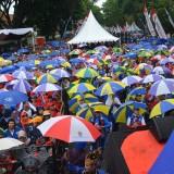 Meriah, ribuan peserta Goyang Payung Meriahkan Pencatatan Rekor Senam Maumere Dengan Payung Terbanyak (Istimewa)