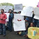 Tak terima dengan pernyataan Prabowo Subianto, driver ojek online di Kota Malang gelar aksi di halaman Balai Kota Malang dengan membawa beragam spanduk tuntutan permintaan maaf (Pipit Anggraeni/MalangTIMES).