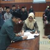 Pimpinan dewan dan Bupati Blitar menandatangani naskah penetapan 5 Perda.(Foto : Team BlitarTIMES)