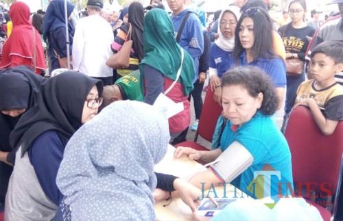 Layanan kesehatan gratis kerja sama Dinas Kesehatan Kota Malang dengan Persatuan Ahli Gizi Indonesia (Persagi) Kota Malang di Cari Free Day (Pipit Anggraeni/MalangTIMES).