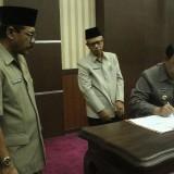 Penandatanganan naskah MoU Dispendukcapil dan Bapenda Kab Blitar.(Foto : Aunur Rofiq/BlitarTIMES)