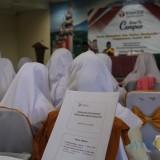 Salah satu mahasiswa Stikes ICME terlihat sedang membaca panduan materi sosialisasi pengawasan yang diberikan oleh pihak Bawaslu Kabupaten Jombang. (Foto : Adi Rosul / JombangTIMES)