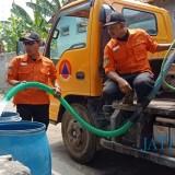 BPBD Kabupaten Kediri memberikan pasokan air bersih kepada dua Dusun yang kekeringan. (eko Arif s /JatimTimes)
