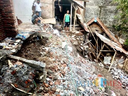 Kondisi rumah salah satu korban tanah longsor di Jl Salak Jl Salak Desa Pendem Kecamatan Junrejo beberapa saat lalu. (Foto: BPBD Kota Batu)