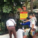 Para petugas memasang segel di objek pajak yang belum melunasi kewajiban pembayaran pajak. (Foto: BP2D Kota Malang for MalangTIMES)