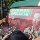 Stiker gambar partai politik beserta capres yang menempel di kaca belakang angkutan umum terlihat dicopot oleh pemilik kendaraan dan dibantu anggota Satpol PP Jombang. (Foto : Adi Rosul / JombangTIMES)