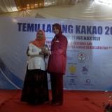 Bupati Jember dr. Hj. Faida MMR saat memperkenalkan jajanan khas Jember Suwar Suwir Coklat (foto : Moh. Ali Makrus / Jatim TIMES)