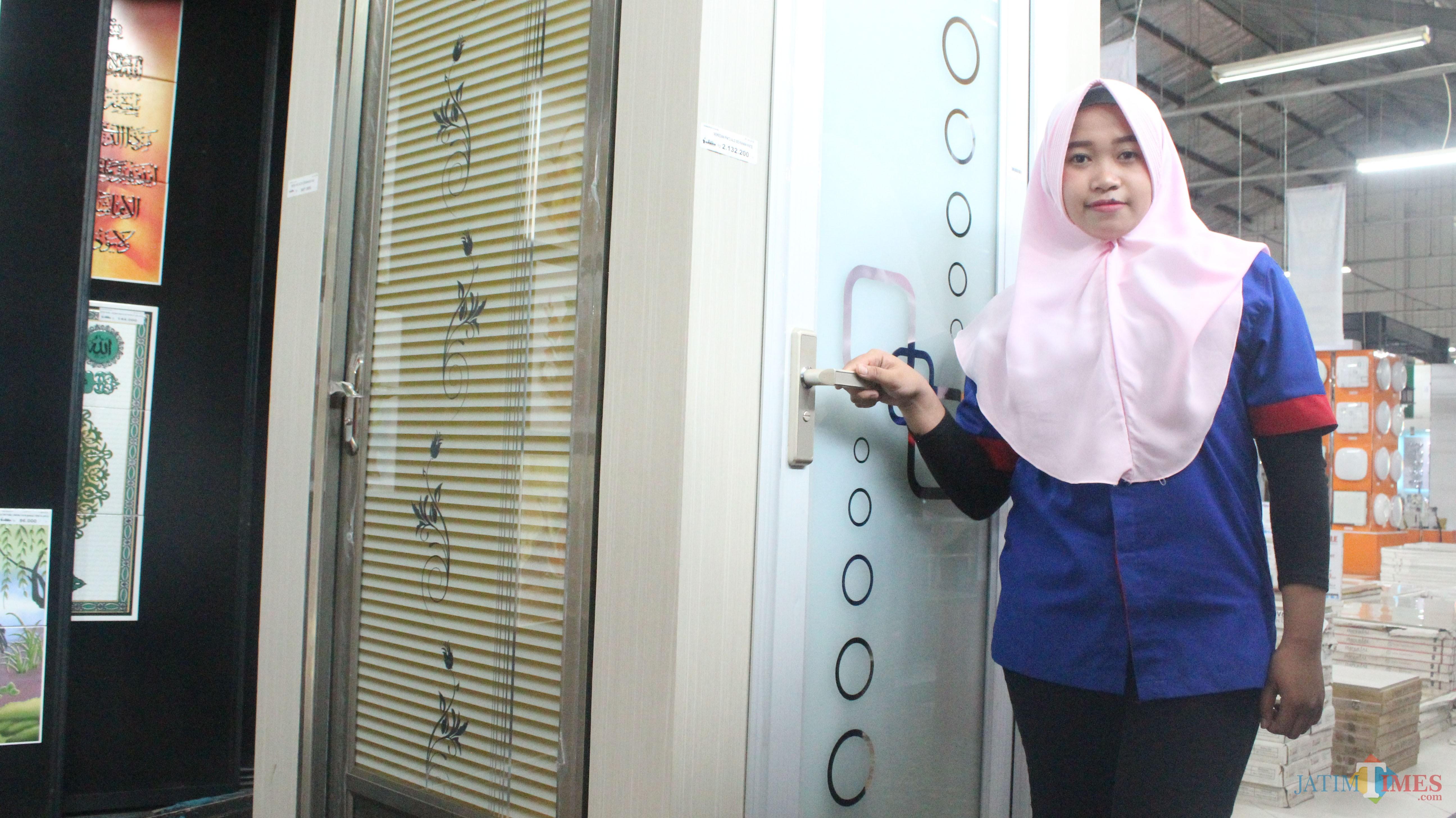 Karyawan menunjukkan pintu Meridian koleksi Graha Bangunan.(Foto : Aunur Rofiq/BlitarTIMES)