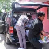 Petugas dari KPU Kabupaten Jombang terlihat menurunkan APK yang dikirim ke salah satu kantor partai politik di Jombang. (Foto : Adi Rosul / JombangTIMES)