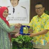 Bupati Jember dr. Hj. Faida MMR bersama dengan Ketua AIPNEMA Edy Soesanto (foto: Moh. Ali Makrus / JatimTIMES)