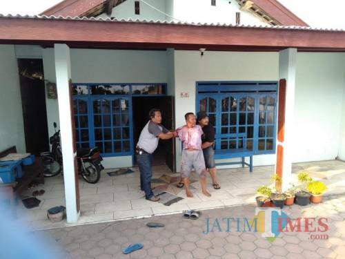 Matal saat ditangkap oleh pihak berwajib pada Jum'at, 16/11 (foto :Joko Pramono/Jatimtimes)