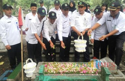 Suasana saat para ASN Pemkot Malang melakukan tabur bunga di TPU Kasin (Anggara Sudiongko/MalangTIMES)