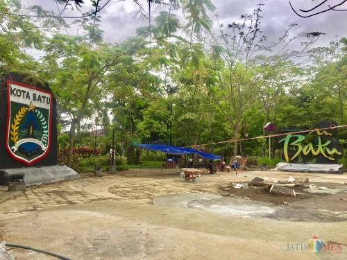 Para pekerja sedang membuat fasilitas olahraga di bagian tengah Hutan Kota Bondas. (Foto: Irsya Richa/MalangTIMES)