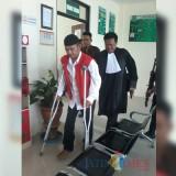 Agus Welek, terdakwa perkara percobaan pembunuhan Lurah Penataban Wilujeng saat hendak memasuki ruang sidang di PN Banyuwangi