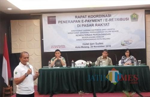 Wahyu Setianto Kepala Disdag Kota Malang  saat memaparkan penerapan E-Retribusi di hadapan perwakilan Kementrian Perdagangan, Kamis (29/11/2018) (Anggara Sudiongko/MalangTIMES)