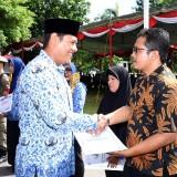 Wali Kota Kediri Abdullah Abu Bakar menyerahkan penghargaan secara simbolis usai upacara memperingati hari Korpri. (Istimewa)