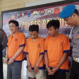 Dari kiri tersangka Aliong, Brian dan Ardian Noviyanto alias Opi