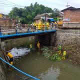 Proses pembersihan aliran sungai Janti (Hendra Saputra/ MalangTIMES)
