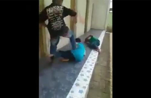 Cuplikan video pemukulan yang diduga dilakukan oleh pelajar sekolah dasar (SD) di Kabupaten Malang. (Foto : Screenshot facebook)