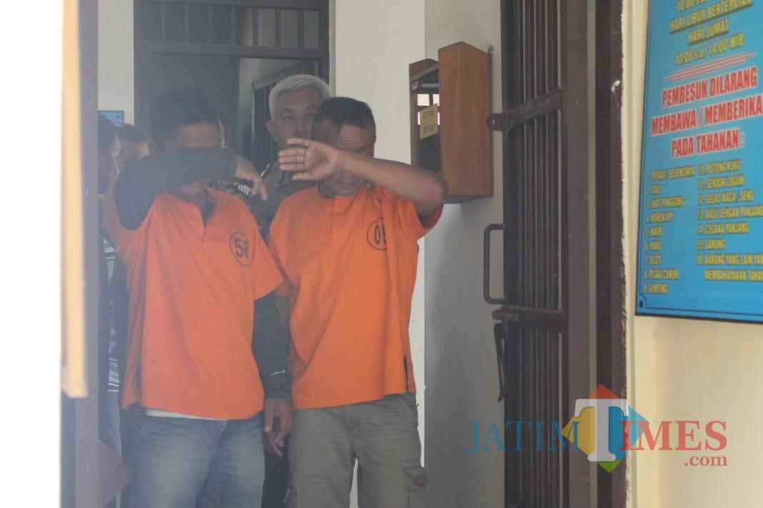 Dua tersangka Pembacokan saat dirilis di Mapolsek Ngunut / Foto : Anang Basso / Tulungagung TIMES