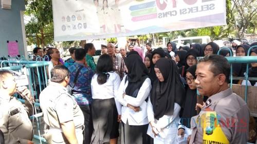 Para peserta CPNS saat akan menjalani tes SKD di SMKN 2 Kota Malang. (Foto: Nurlayla Ratri/MalangTIMES)