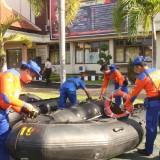Personel Polair Banyuwangi mengecek kondisi perahu karet.