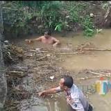 Potongan video yang sedang viral di media sosial saat Kapolsek Bandung masuk ke sungai bersihkan sampah / Foto : Istimewa / Tulungagung TIMES