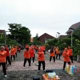 Puluhan lansia senam di lapangan depan Puskesmas Cisadea (foto: Tyas for Malang Times)