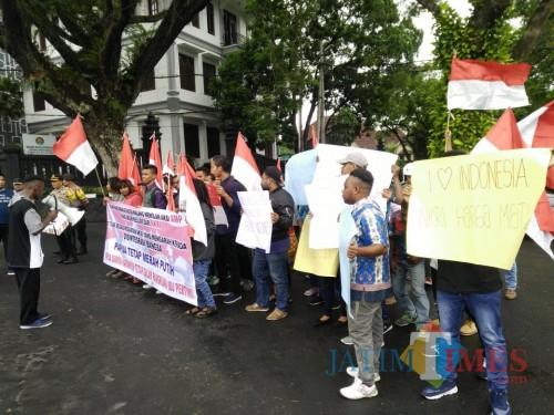 Para mahasiswa Papua dan Indonesia Timur yang menggelar aksi dan deklarasi cinta NKRI di depan Balaikota Malang. (Foto: Dokumen MalangTIMES)