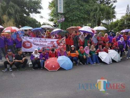 Sejumlah aktivis peduli AIDS menggelar aksi damai. (eko Arif s /JatimTIMES)