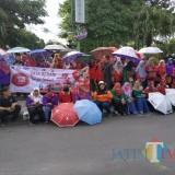 Peringati Hari AIDS Sedunia, Komunitas Peduli AIDS Bagi Selebaran dan Alat Kontrasepsi