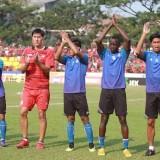 Skuat Arema FC saat memberi salam sebelum menjalani pertandingan melawan PSM (instagram @aremafcofficial)
