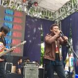 Penampilan band Rock 90 di atas panggung Halaman parkir Taman Rekreasi Selecta, Sabtu (1/12/2018). (Foto: Irsya Richa/MalangTIMES)