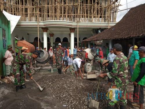 Anggota Koramil Kesamben dan warga gotong royong ngecor Masjid.(Foto : Team BlitarTIMES)