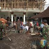 Prajurit Koramil 0808/14 Kesamben Bantu Warga Ngecor Masjid