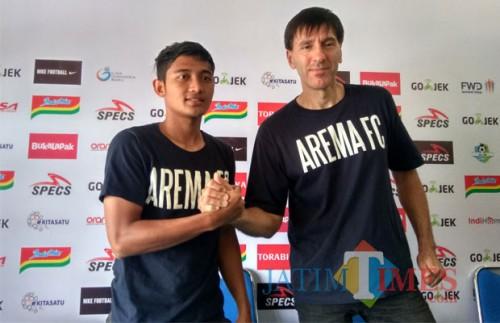 Nasir (kiri) bersama Milan Petrovic saat dijumpai di Kandang Singa. (Hendra Saputra)