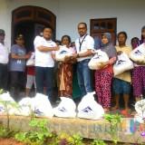Penyerahan bantuan sembako kepada warga terdampak banjir.