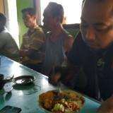 Priyo menikmati nasi pecel di salah satu warung / Foto : Anang Basso / Tulungagung TIMES