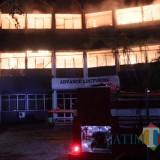 Terlihat sejumlah petugas pemadam kebakaran dari BPBD Jombang sedang memadamkan api di gedung rektorat Undar. (Foto : Adi Rosul / JombangTIMES)