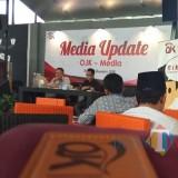 Kepala OJK Perwakilan Kediri Slamet Wibowo (kiri)  saat memberikan penjelasan kepada para awak media. (eko Arif s/JatimTimes)