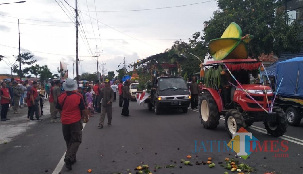 Arak-arakan pawai pertanian membuka Blitar Agro Festival