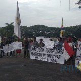 Situasi demonstrasi yang dilakukan mahasiswa Maluku Utara yang menuntut Presiden Jokowi agar turun langsung mengatasi krisis harga kopra. (Foto: Nurlayla Ratri/MalangTIMES)
