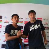 Nasir (kiri) bersama Milan Petrovic saat dijumpai di Kandang Singa (Hendra Saputra)