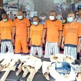Sebanyak 7 tersangka kasus pembunuhan Juari saat diamankan polisi dalam sesi rilis Polres Malang, (Foto : Humas Polres Malang for MalangTIMES)