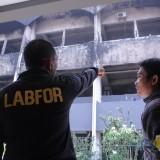 Kasubdit Fiskom Labfor Polda Jatim, AKBP Joko Siswanto saat memintai keterangan salah satu satpam Undar Jombang di lokasi kebakaran. (Foto : Adi Rosul / JombangTIMES)