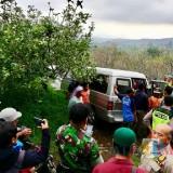 Masyarakat sekitar memadati mobil jenazah Sigit di lahan perkebunan apel di Desa Sumbergondo Kecamatan Bumiaji, Selasa (4/12/2018). (Foto: Irsya Richa/MalangTIMES)