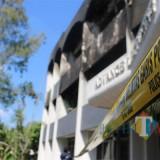 Gedung Advance Lecturing Undar yang terbakar semalam mulai dipasangi police line. (Foto : Adi Rosul / JombangTIMES)